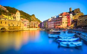 Картинка небо, солнце, гора, дома, лодки, Италия, залив, Vernazza, Чинкве-Терре, Лигурия