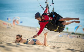 Обои humor, bikini, sport, smiling, Girl, boy, sand, woman, paragliding, funny, beach, situation, man