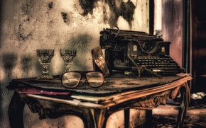 Картинка стол, очки, пишущая машинка