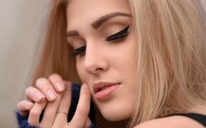 Картинка крупный план, лицо, ресницы, модель, руки, макияж, прическа, блондинка, губы, боке, Olia Gedz