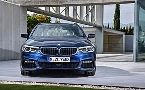 Картинка газон, здание, BMW, стоянка, вид спереди, универсал, xDrive, Touring, 530d, 5er, тёмно-синий, 2017, 5-series, G31