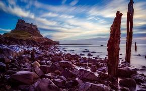 Картинка море, небо, облака, камни, побережье, Англия, крепость, возвышенность, Нортамберленд, Berwick-upon-Tweed, Святой Остров, Берик-Апон-Твид, Holy Island