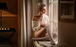 Картинка комната, пучок, окно, чашка, блондинка, Maarten Quaadvliet, девушка, подоконник, блузка, чулки