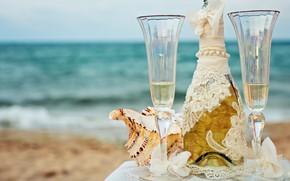 Картинка море, пляж, небо, стол, фон, вино, бутылка, горизонт, бокалы, белая, ракушки, шампанское, скатерть, боке