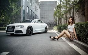 Обои взгляд, Audi, Девушки, азиатка, красивая девушка, белый авто, сидит на бардюре