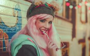Картинка взгляд, девушка, лицо, улыбка, стиль, настроение, шапка, макияж, пирсинг, очки, розовые волосы, Carla Uyn