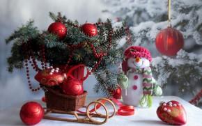 Картинка зима, снег, украшения, ветки, стол, праздник, игрушки, новый год, рождество, ель, снеговик, ёлка, санки