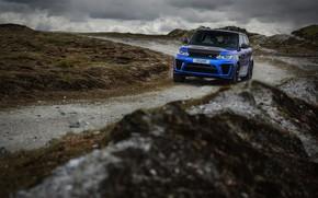 Обои дорога, синий, тучи, пасмурно, холмы, растительность, внедорожник, Land Rover, Range Rover, SVR, четырёхдверный
