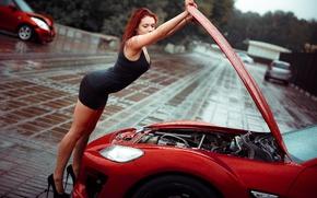 Картинка девушка, капли, красный, поза, дождь, капот, фигура, платье, туфли, рыжая, ножки, автомобиль, мотор, в черном, ...