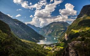 Обои облака, долина, скалы, небо, Норвегия, деревья, фьорд, Geiranger Fjord, горы, корабли, солнечно