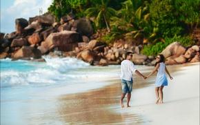 Обои камни, океан, девушка, пара, валуны, берег, романтика, парень, волна, пальмы