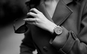Картинка девушка, часы, очки, черно-белое, пальто