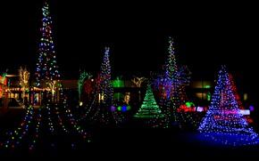Картинка ночь, дизайн, город, огни, праздник, дома, Рождество, Новый год, гирлянды, ёлки
