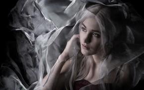 Картинка девушка, лицо, темный фон, настроение, сеть, печаль, портрет, блондинка