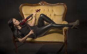Обои скрипка, девушка, диван
