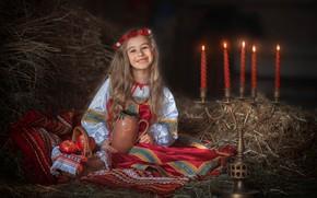 Картинка улыбка, настроение, яблоки, свечи, сено, девочка, солома, кувшин, корзинка, венок, подсвечник, сарафан, огнеопасно