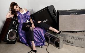 Обои поза, музыка, джинсы, макияж, майка, актриса, прическа, колонки, туфли, наряд, провод, микрофон, певица, шатенка, фотосессия, ...
