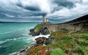 Картинка море, небо, трава, облака, цветы, тучи, мост, камни, побережье, Франция, маяк, арка, Phare du Petit …