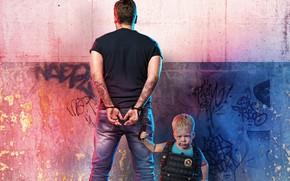 Картинка фильм, значок, мальчик, мужчина, стоит, приключения, постер, наручники, задом, бронежилет, задержание, у стены, комедия, полицейский, ...
