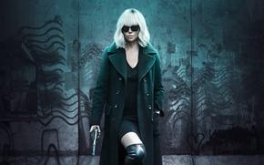 Обои Charlize Theron, детектив, красотка, блондинка, сапоги, пальто, Шарлиз Терон, оружие, пистолет, платье, триллер, очки, Взрывная ...