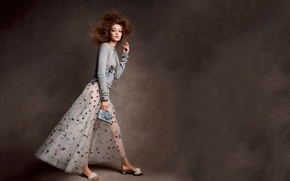 Картинка стиль, фон, модель, юбка, макияж, прическа, туфли, наряд, шатенка, кофта, Vogue, 2017, Gigi Hadid, Джиджи ...