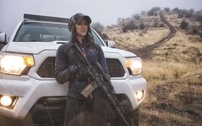 Обои штурмовая винтовка, фары, авто, девушка, автомобиль, оружие