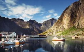 Обои облака, скалы, небо, Норвегия, Reine, катера, лодки, бухта, дома, причалы, горы, Lofoten, Лофотенские острова, солнечно