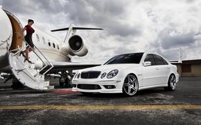 Картинка небо, девушка, самолет, Mercedes, трап, белый авто