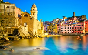 Картинка море, небо, солнце, камни, берег, дома, лодки, Италия, Вернацца, Чинкве-Терре, Лигурия