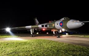 Картинка свет, авиация, газон, Avro Vulcan, боевой самолёт, крылатая машина