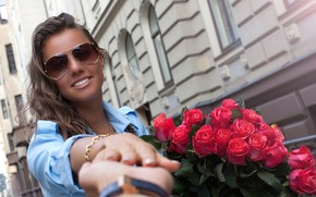 Картинка девушка, улыбка, рука, розы, букет, красные