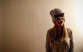 Картинка девушка, фон, стена, настроение, шапка, рот, очки, пасть