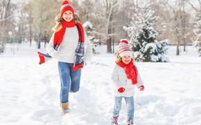 Картинка зима, снег, радость, женщина, ребенок, бег, куртка, девочка, мама