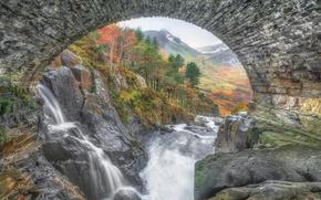 Картинка осень, деревья, горы, мост, река, камни, скалы, арка, Уэльс