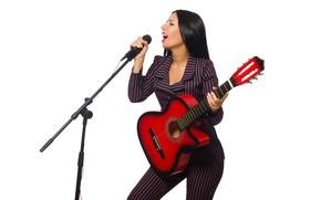 Картинка девушка, гитара, макияж, брюнетка, прическа, костюм, белый фон, микрофон, певица, пиджак, полосатый, брюки, поёт