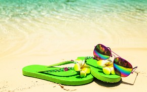 Обои песок, море, пляж, лето, отдых, очки, ракушки, summer, beach, каникулы, sand, сланцы, vacation, sunglasses