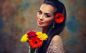 Обои азиатка, герберы, брюнетка, макияж, боке, прическа, красотка, украшения, наряд, фон, красные, букет, жёлтые, портрет, цветы