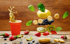 Обои клубника, виноград, стакан, всплеск, wood, фрукты, листья, ягоды, брызги, черника, киви