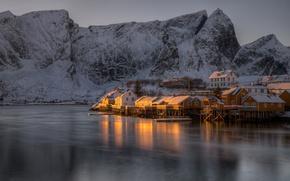 Обои зима, море, снег, горы, скалы, берег, Норвегия, залив, домики, сумерки, Лофотенские острова, Reine, Lofoten