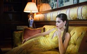 Картинка девушка, свет, украшения, комната, диван, платье, в жёлтом