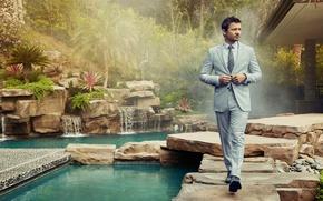 Обои костюм, фотосессия, Robb Report, зелень, вода, актер, кусты, деревья, туман, сад, Джереми Реннер, Jeremy Renner, ...