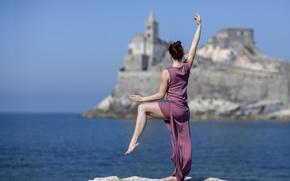 Обои платье, танец, девушка, настроение, море, поза