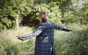 Картинка трава, деревья, поза, модель, актриса, Victoria Beckham, шатенка, пальто, фотосессия, на природе, The Edit, 2016, …