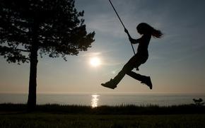 Картинка море, небо, трава, девушка, солнце, качели, дерево, берег, горизонт, силуэты, верёвка, Виктория Джастис, Victoria Justice, …