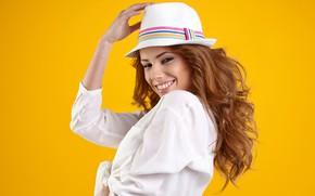 Обои взгляд, поза, улыбка, жёлтый, фон, шляпа, макияж, прическа, рубашка, шатенка, красотка, в белом, Izabela Magier