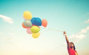 Картинка небо, девушка, шарики, природа, girl, разноцветные, balls, sky, nature, multicolor