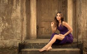 Картинка девушка, поза, дом, макияж, платье, дверь, прическа, ступеньки, шатенка, ножки, красивая, сидит, сексуальная, босая, на …