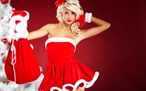 Обои подарки, праздник, ёлка, игрушки, прическа, в красном, мешок, снегурочка, перчатки, платье, фон, блондинка, рождество, красная, ...