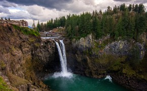 Картинка лес, небо, облака, деревья, тучи, камни, пасмурно, скалы, водопад, дома, Вашингтон, США, Snoqualmie Falls