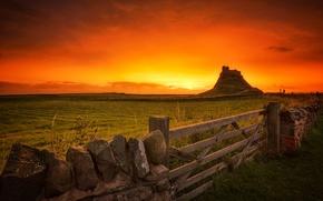 Картинка скала, забор, Англия, гора, ворота, зарево, Святой остров, Линдисфарн